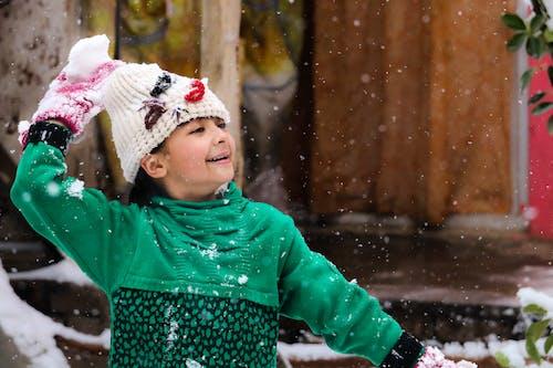 Foto profissional grátis de alegria, queda de neve, sorrisos