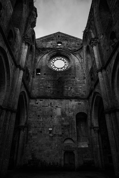 Foto profissional grátis de arquitetura, capela, construção, P&B