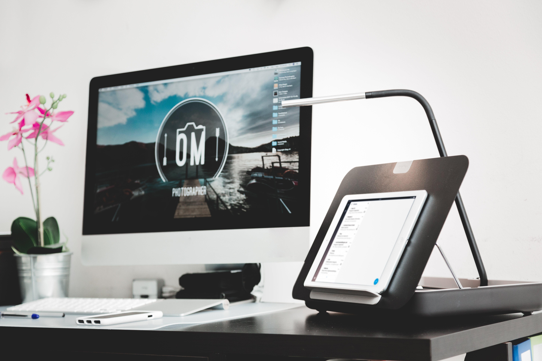 Kostenloses Stock Foto zu ausrüstung, bildschirm, computer, drinnen