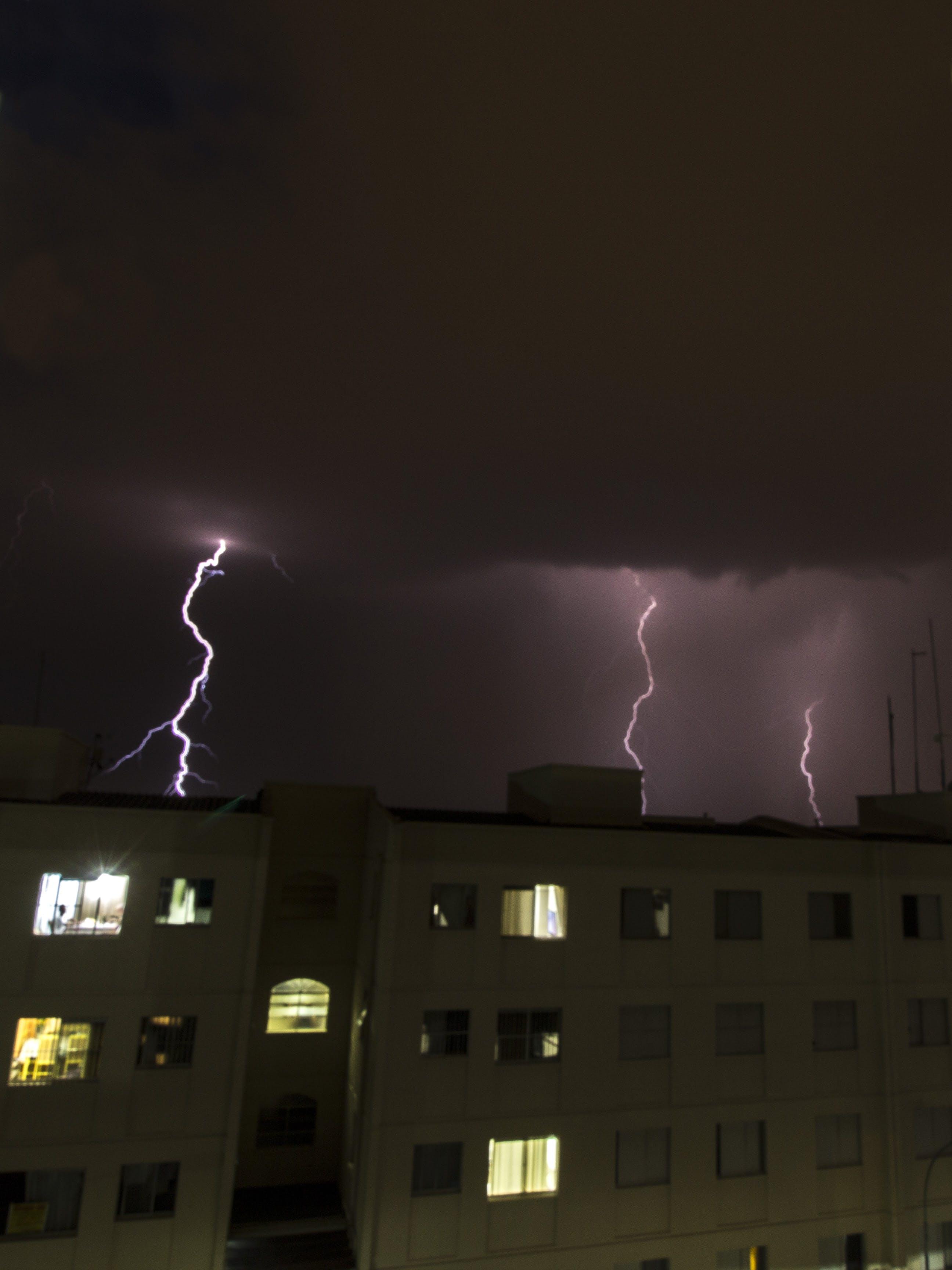 Darmowe zdjęcie z galerii z architektura, budynek, burza z piorunami, błysk