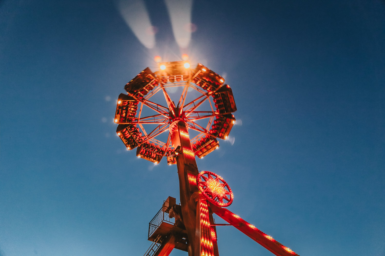 Kostenloses Stock Foto zu aufnahme von unten, beleuchtung, blauer himmel, draußen