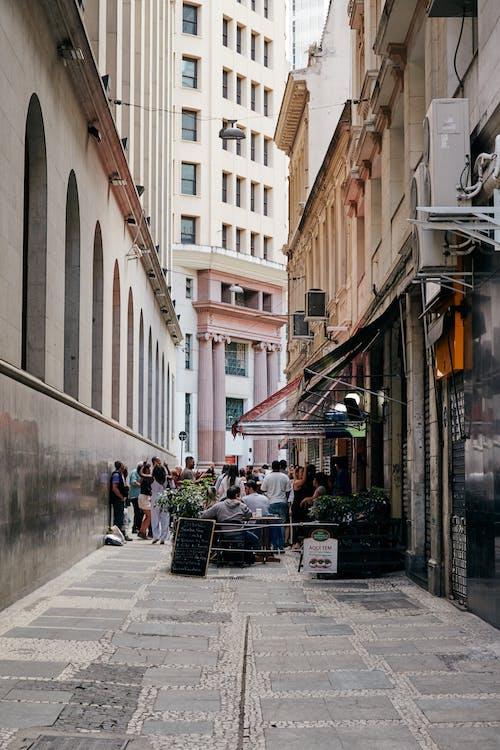 binalar, dükkanlar, gün ışığı, insanlar içeren Ücretsiz stok fotoğraf