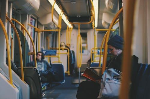Безкоштовне стокове фото на тему «автобус, люди, пасажири, подорож»