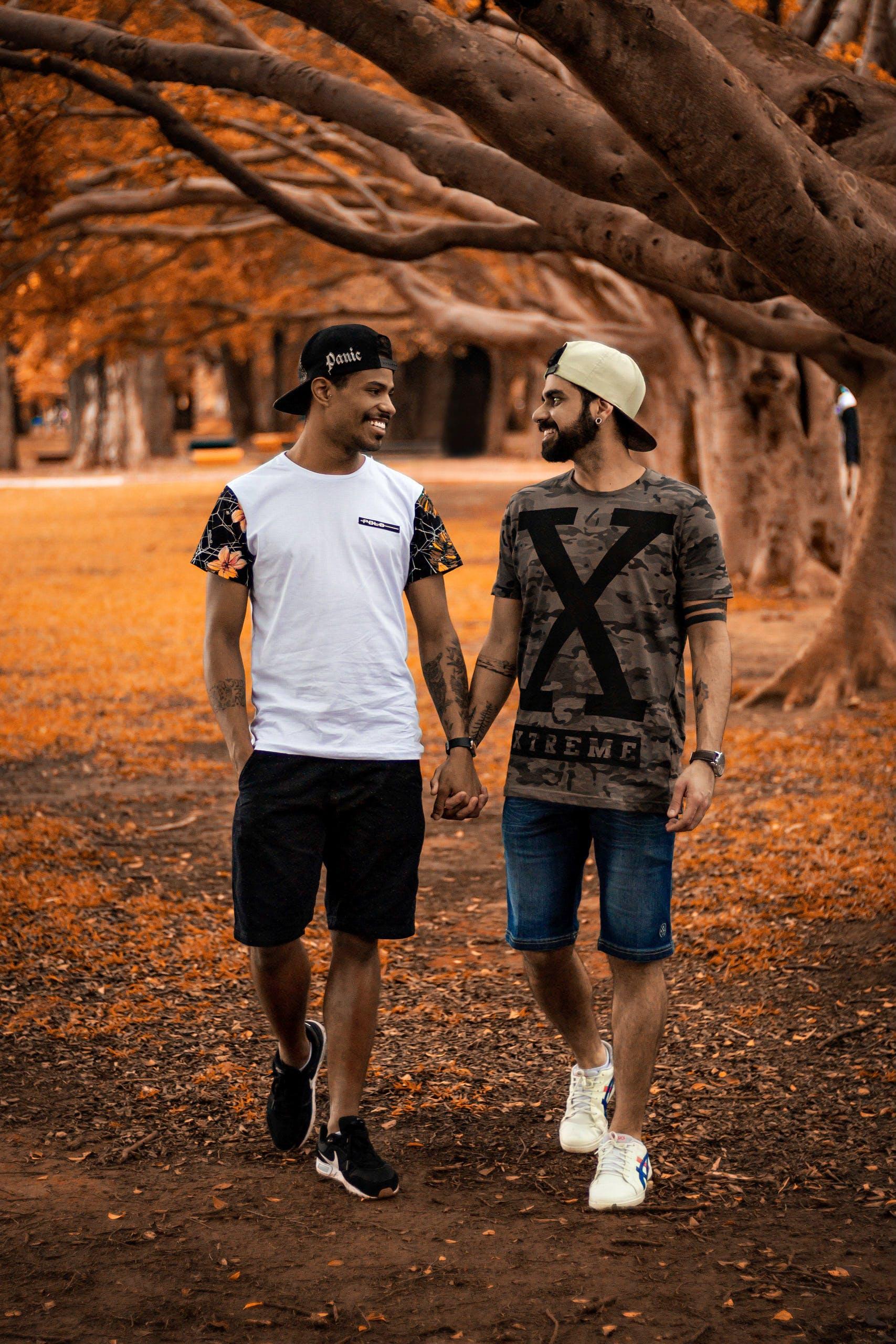 Kostenloses Stock Foto zu bäume, händchen halten, liebe, männer