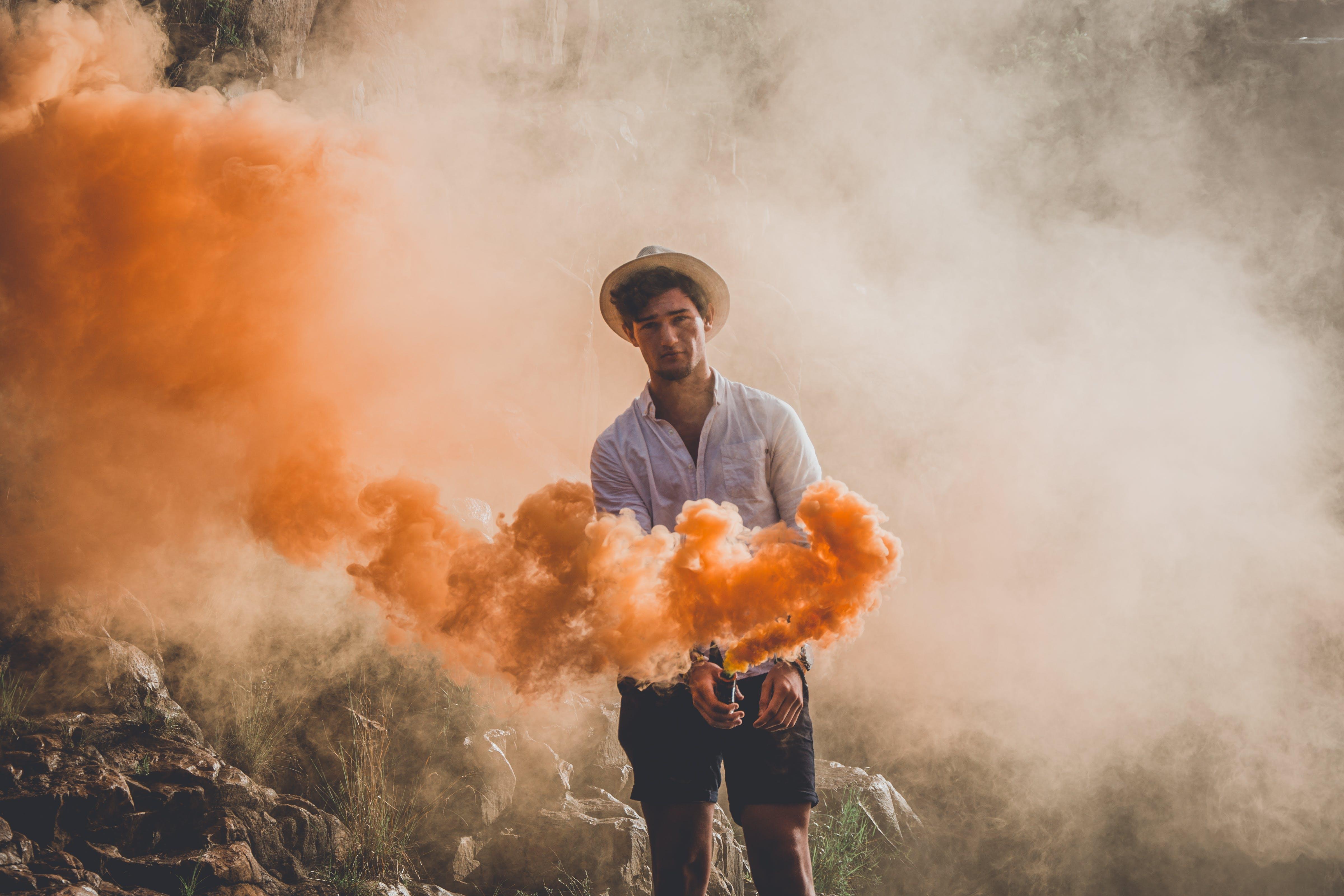 Kostenloses Stock Foto zu mann, orange, person, rauchbombe