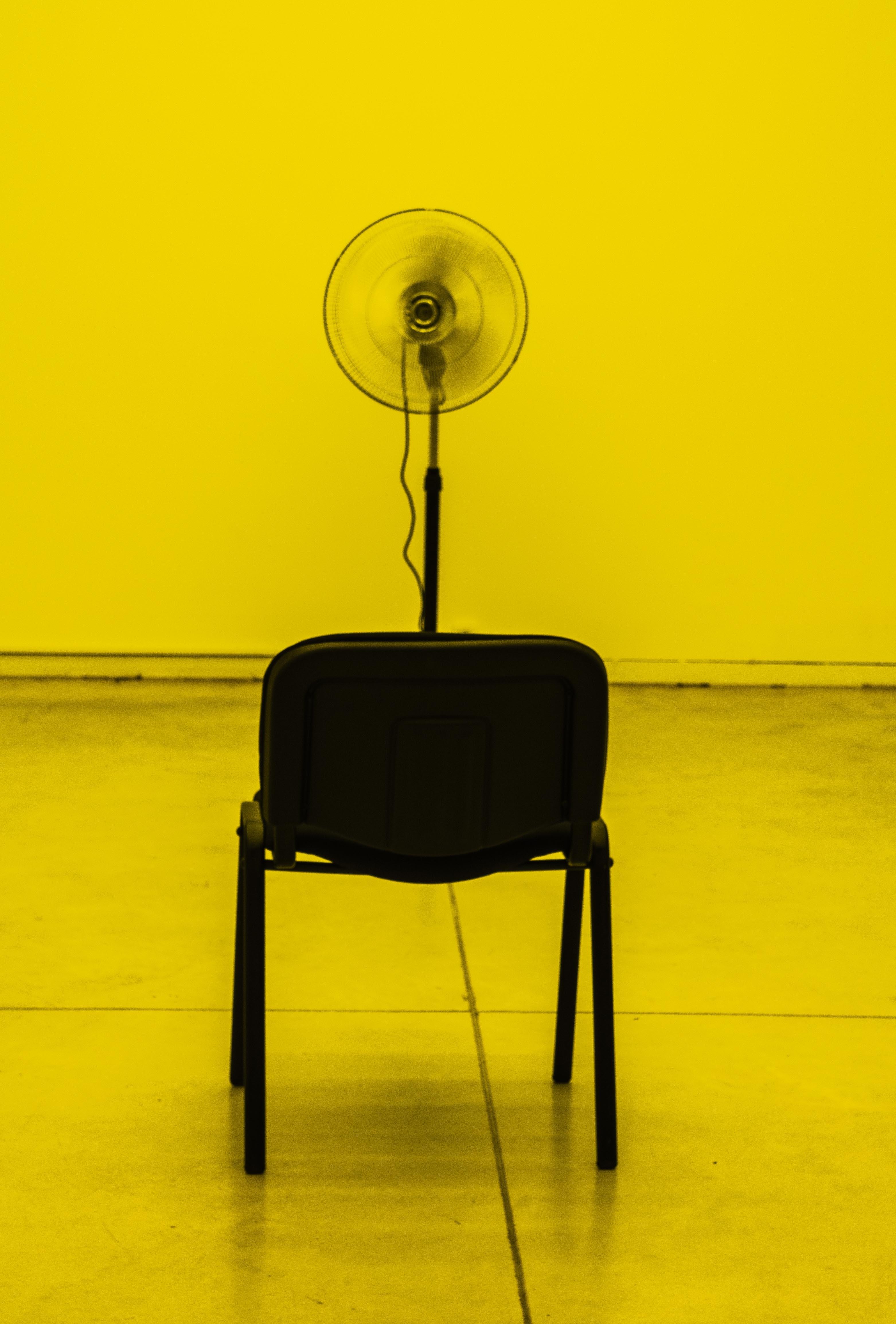 Ventilador de pedestal preto ligado voltado para cadeira personalizada