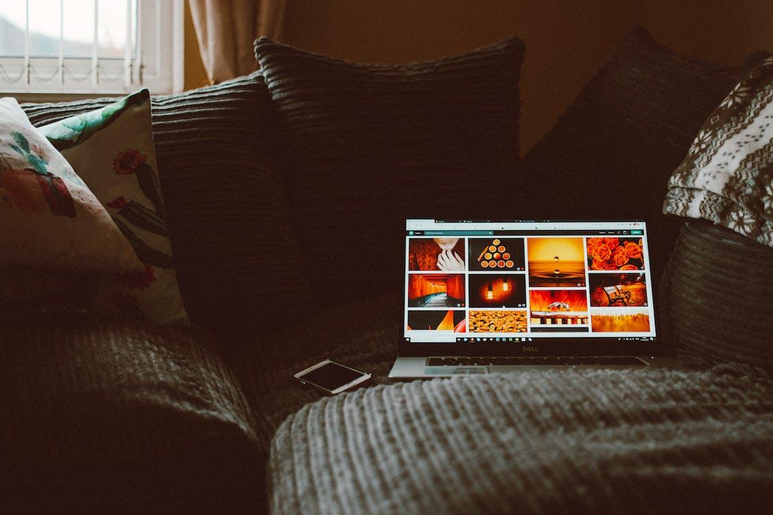 Macbook Pro Acceso Sul Divano