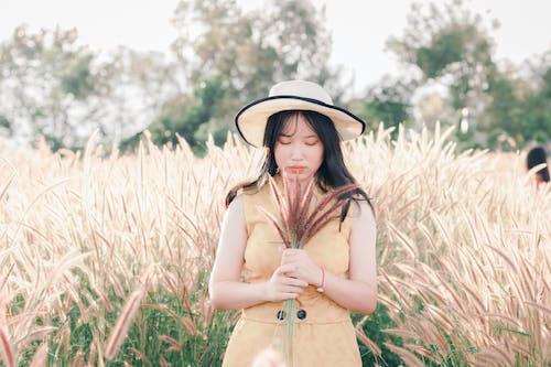 alan, Asyalı kadın, çim, güzel içeren Ücretsiz stok fotoğraf