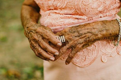 女性, 專注, 戒指, 手 的 免费素材照片