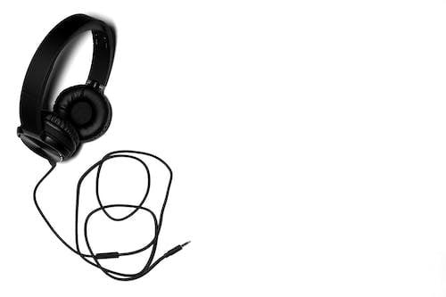 Бесплатное стоковое фото с аудио, белый фон, звук, место для текста