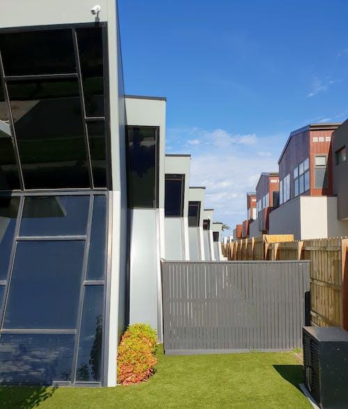 Foto profissional grátis de ambiente construído, arquitetura contemporânea, edifícios, fundo do céu azul