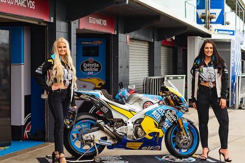 motor sporu, motorsiklet yarışı, motosiklet yarışı, padok kızlar içeren Ücretsiz stok fotoğraf
