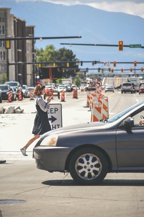 Foto d'estoc gratuïta de anar de casa a la feina, anar de la feina a casa, arquitectura, asfalt