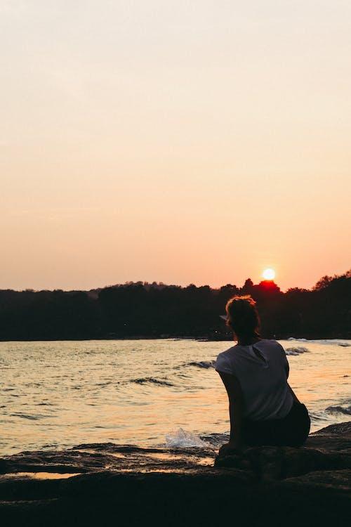 Безкоштовне стокове фото на тему «вечірнє небо, вечірнє сонце, жінка, з підсвіткою»