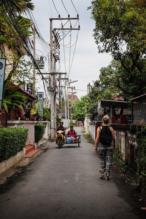 Безкоштовне стокове фото на тему «автомобілі, азіати, архітектура, Будинки»