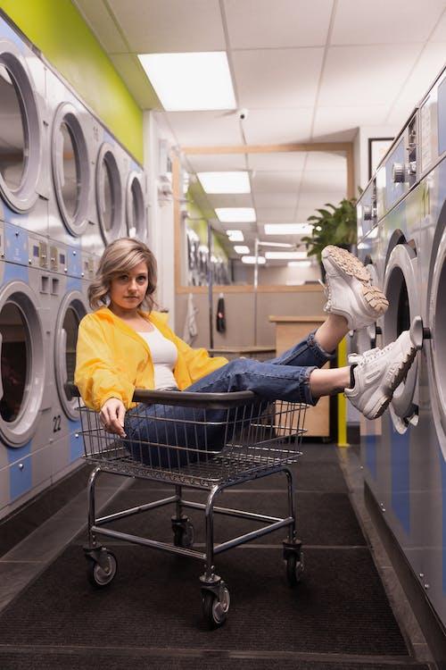 Бесплатное стоковое фото с в помещении, женщина, машина, оборудование