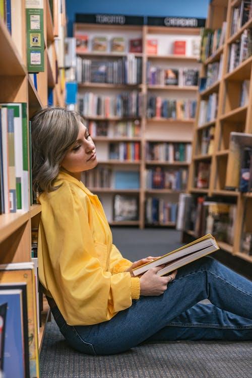 가구, 금발, 노를 젓다, 도서관의 무료 스톡 사진