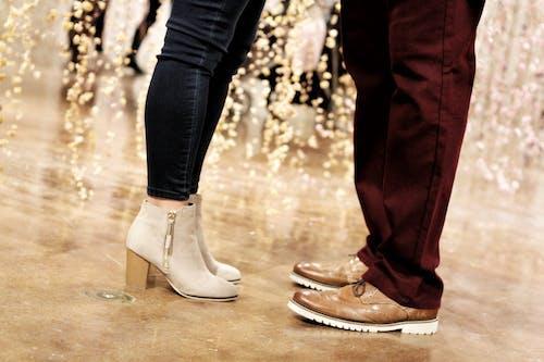 Безкоштовне стокове фото на тему «заручини, любов, мода, ноги»