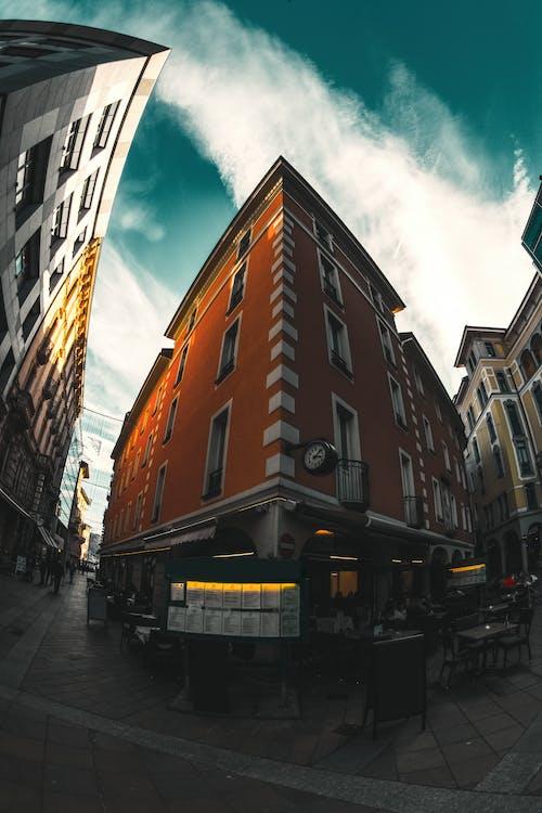 Gratis stockfoto met architectuur, gebouwen, gezichtspunt, lage hoek schot