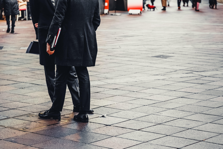 Fotobanka sbezplatnými fotkami na tému cesta, chodník, čierne nohavice, formálny kabát