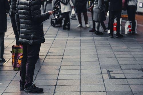 Kostenloses Stock Foto zu fashion, fokus, menge, menschen
