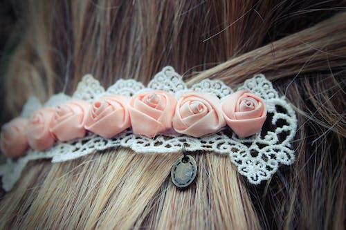 Ilmainen kuvapankkikuva tunnisteilla hiukset, kukka, nuppineula, ruusu