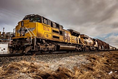 Darmowe zdjęcie z galerii z dworzec kolejowy, pociąg, pojazd, tor kolejowy