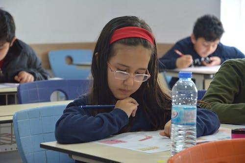 Ilmainen kuvapankkikuva tunnisteilla ders çalışan öğrenci, ilkokul, kalem, kiz