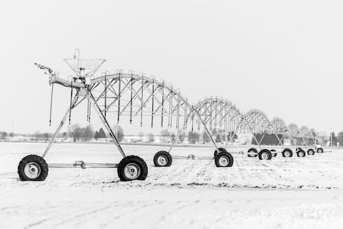 Darmowe zdjęcie z galerii z czarno-biały, gospodarstwo, koła, maszyna