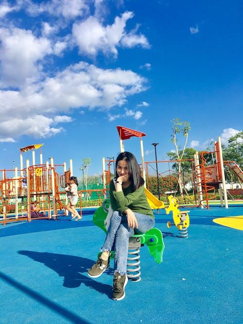 Безкоштовне стокове фото на тему «веселий, дитячий майданчик, жінка, персона»