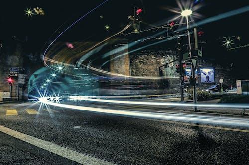 Darmowe zdjęcie z galerii z droga, długa ekspozycja, ruch drogowy, smugi światła