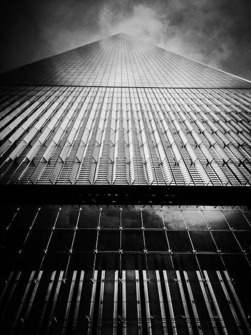 Foto d'estoc gratuïta de arquitectura, blanc i negre, foto amb angle baix, perspectiva