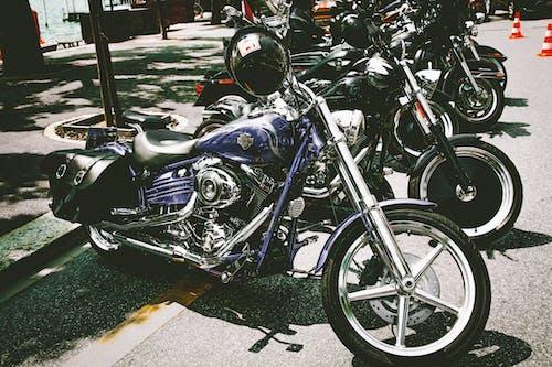 Fotos de stock gratuitas de aparcado, calle, motocicletas, transportar