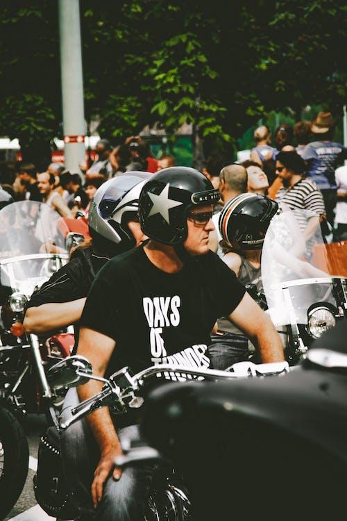 Foto Orang Mengendarai Sepeda Motor