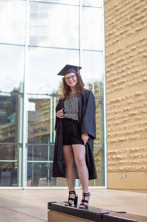 Безкоштовне стокове фото на тему «випуск, випускатися, дорослий, жінка»