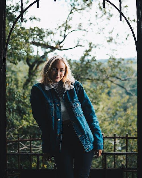 Бесплатное стоковое фото с блондинка, выражение лица, глубина резкости, деревья