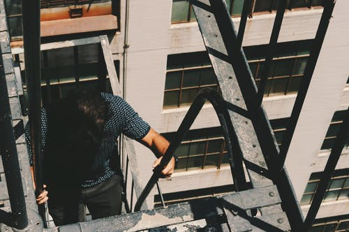 Ảnh lưu trữ miễn phí về cầu thang, leo, thoát hiểm, Đàn ông