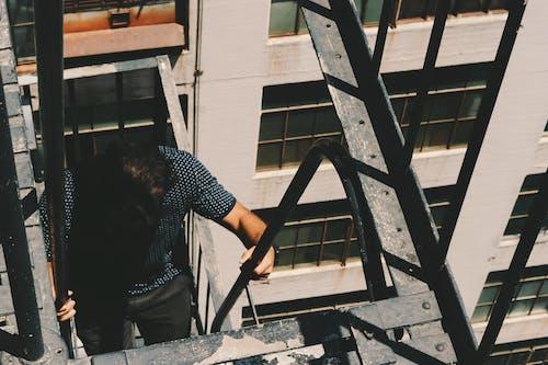 Gratis stockfoto met beklimmen, brandtrap, kerel, trap