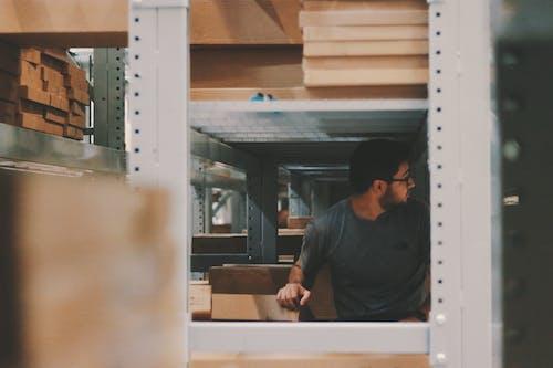 adam, ambar, çalışma yeri, depo içeren Ücretsiz stok fotoğraf