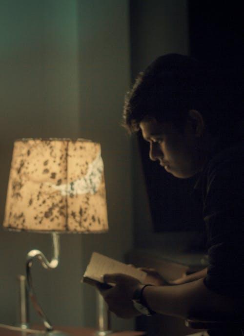 elektrik ışığı, kitaplar, model, Öğrenci içeren Ücretsiz stok fotoğraf