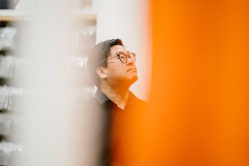 Foto profissional grátis de homem, homem asiático, olhando pra cima, pessoa