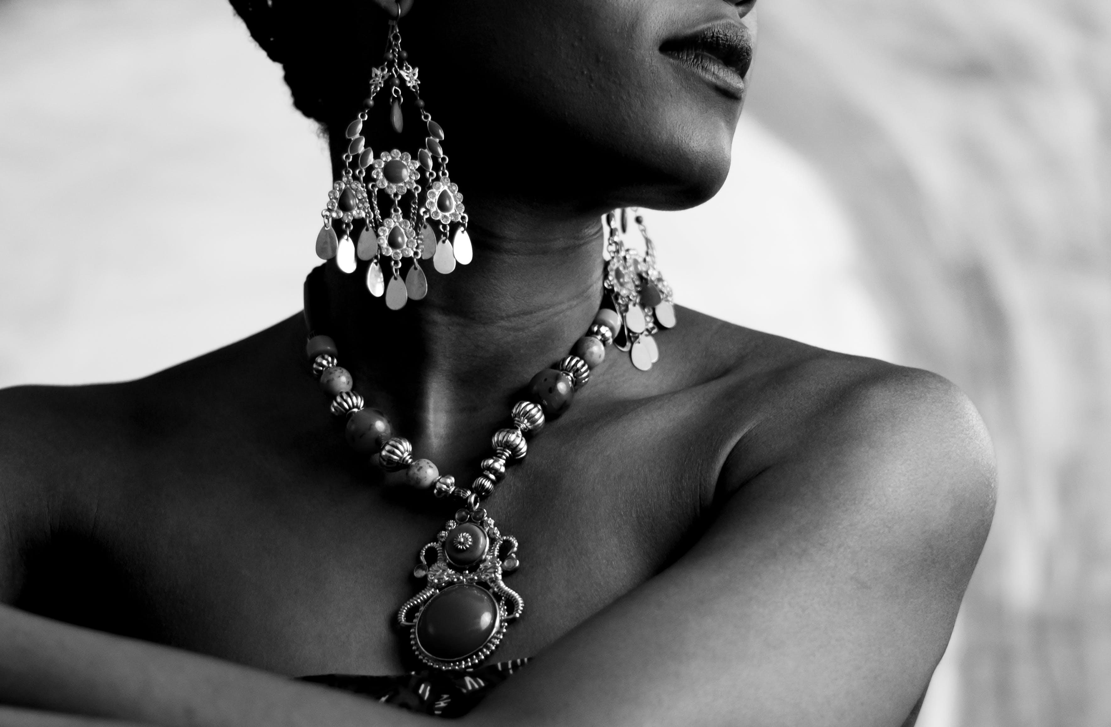 Základová fotografie zdarma na téma černobílá, černobílý, korálky, móda