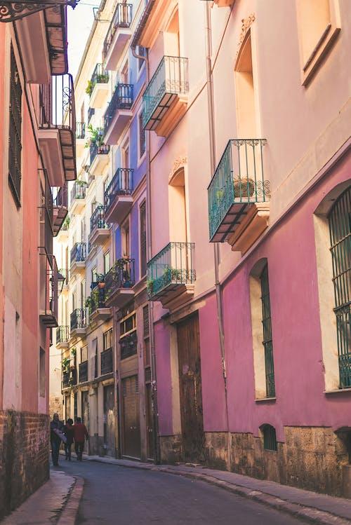 Безкоштовне стокове фото на тему «алея, архітектура, балкони, будівлі»