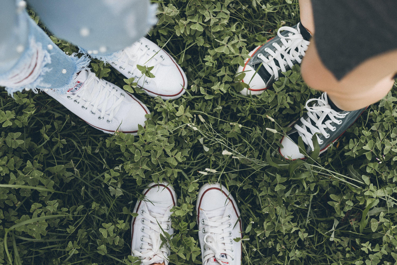 Kostenloses Stock Foto zu freunde, fußbekleidung, füße, gras