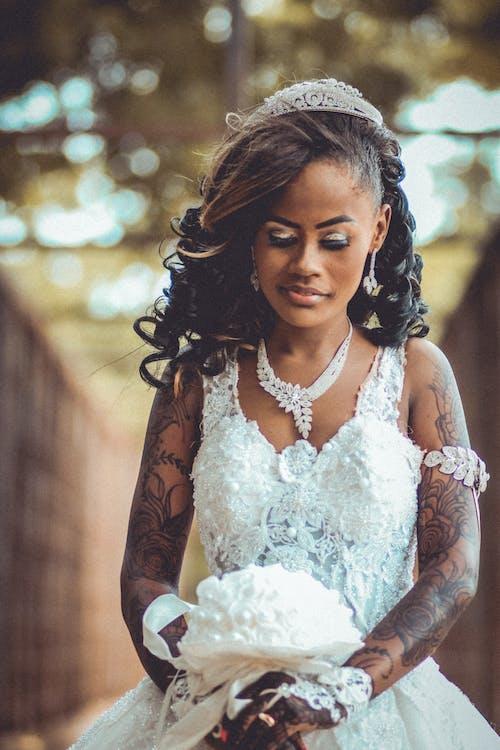 Kostnadsfri bild av afrikansk amerikan kvinna, äktenskap, ansiktsuttryck, blombukett