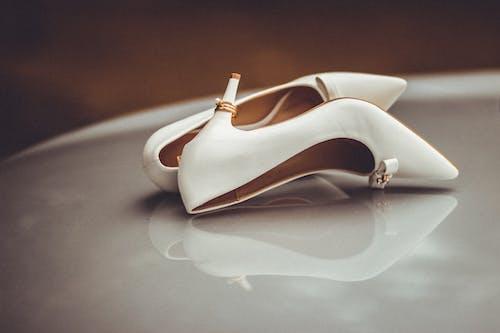 Foto stok gratis alas kaki, cincin emas, cincin kawin, dalam ruangan