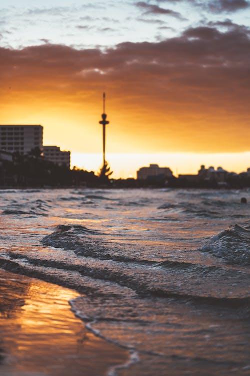 Gratis lagerfoto af aften, bølger, bygninger, ferie