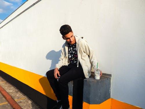 Darmowe zdjęcie z galerii z bluza z kapturem, cień, drink, kurtka