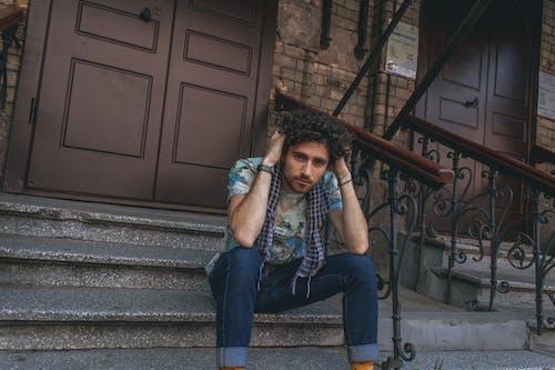 Darmowe zdjęcie z galerii z chłopak, kręcone włosy, mężczyzna