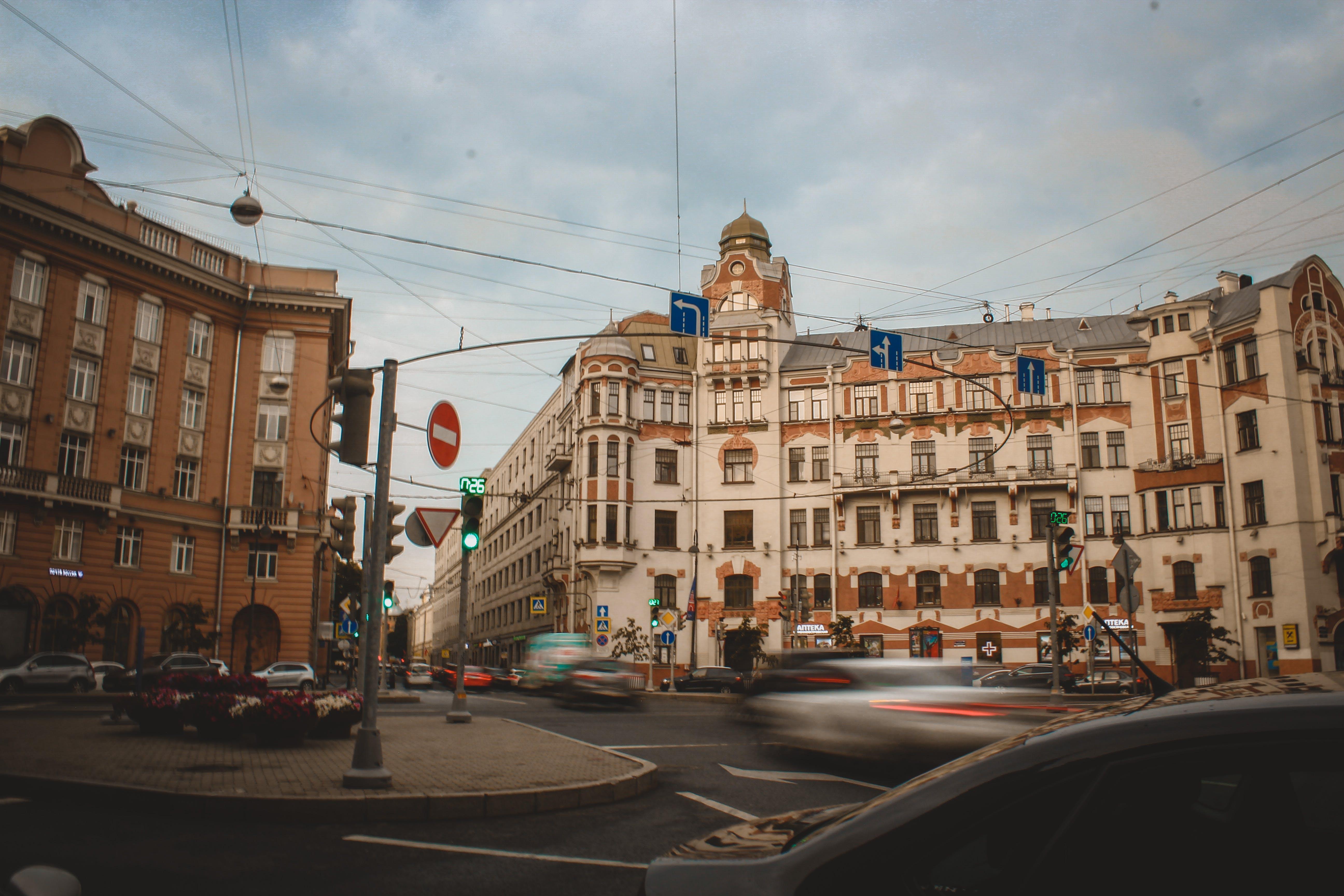 Základová fotografie zdarma na téma architektura, auta, budova, budovy
